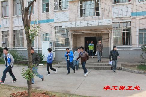 在启动仪式上,湘潭市岳塘区消防支队官兵向现场广大师生详细介绍图片